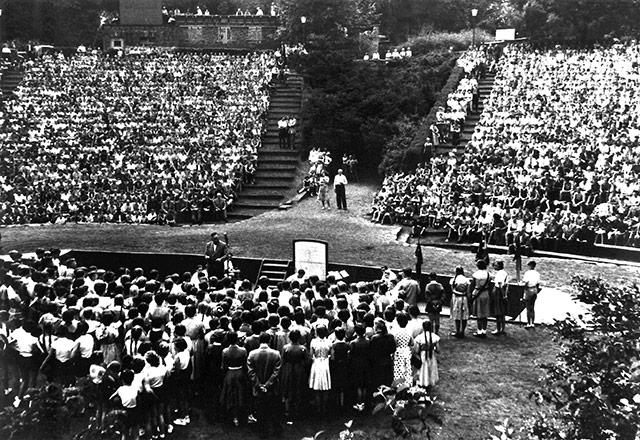 Ein altes Bild einer Veranstaltung auf der Mülheimer Freilichtbühne.